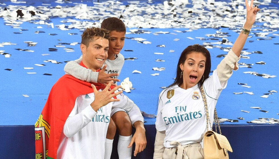 <strong>HEMMELIGHET:</strong> Fotball VM-aktuelle Cristiano Ronaldo har fire barn. Det ene vil han aldri avsløre hvordan kom til verden. Her med kjæresten Georgina Rodriguez og sønnen Cristiano Jr. etter Champions League-finalen i Kiev i slutten av mai. Foto: AFP/ NTB scanpix