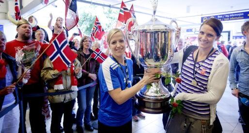 VENNINNER: Heidi Løke (t.v.) og Gro Hammerseng-Edin avbildet sammen i 2011, ved ankomst på Torp flyplass med Larviks første Champions League-pokal - etter å ha vunnet mesterligakampen mot Itxako i Spania. Foto: Kyrre Lien / NTB scanpix