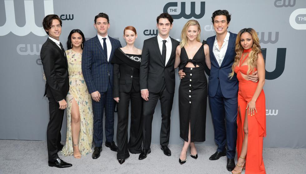 POPULÆR GJENG: Riverdale-skuespillerne har blitt store stjerner etter Netflix-suksessen. F.v: Cole Sprouse, Camila Mendes, Casey Cott, Madeleine Mantock, KJ Apa, Lili Reinhart, Charles Melton og Vanessa Morgan. Foto: NTB Scanpix