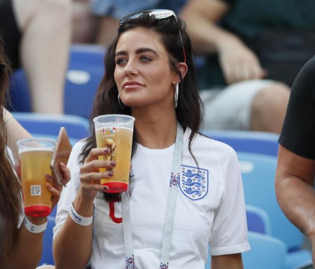 SKÅL: Annie Kilner er glad i øl, som for mange er synonymt med fotball. Både som gjest i Russland og på Instagram har hun ved flere anledninger latt seg avbilde med en kald en i hånda. Foto: NTB scanpix