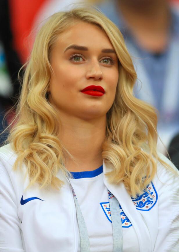 FLYVERTINNE: Annabel Peyton var godt synlig på tribunen tirsdag. Hun satt sammen med flere av de andre fotballfruene. Foto: NTB scanpix