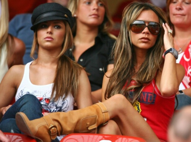 SKAPTE HISTORIE: Victoria Beckham (t.h) ble mye omtalt under VM i 2006, da fotografenes linser nesten var mer fokusert mot henne enn mot fotballbanen. Her sammen med Cheryl Tweedie i Nuremberg. Foto: NTB scanpix