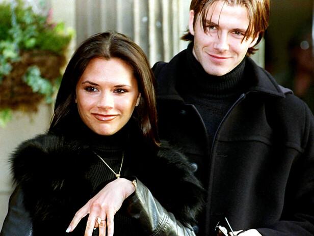 FORLOVET: En stolt og lykkelig Victoria viser frem forlovelsesringen hun fikk av David da han fridde i 1998. Foto: NTB Scanpix