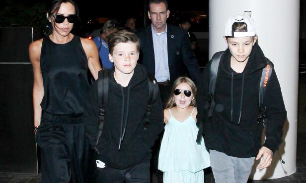 FAMILIE: David og Victoria har fire barn sammen. Her er Victoria avbildet med de tre yngste. Foto: Splash News