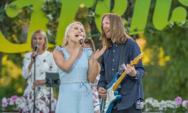 GIFT: Eva Weel Skram og ektemannen Thomas Stenersen på «Allsang på Grensen» denne uken. Foto: TV 2