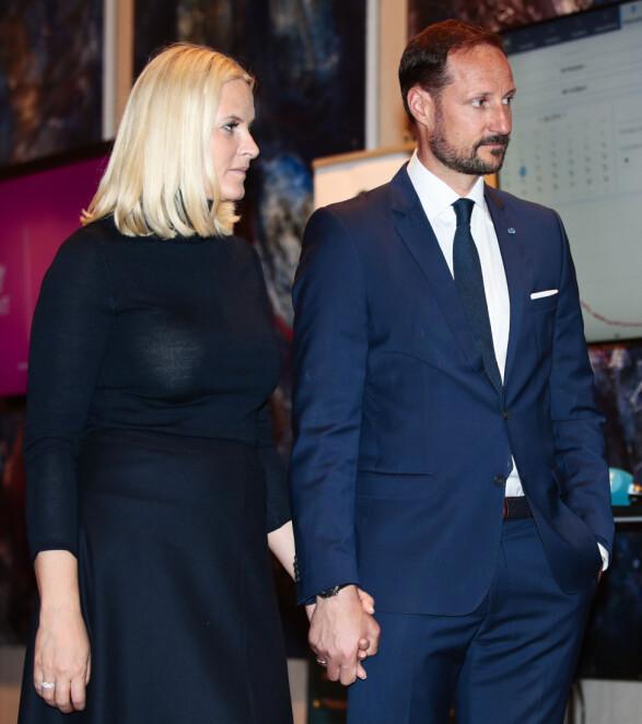 HÅND I HÅND: Kronprinsesse Mette-Marit og kronprins Haakon hånd i hånd under et besøk i Estland tidligere i år. Foto: Lise Åserud / NTB Scanpix