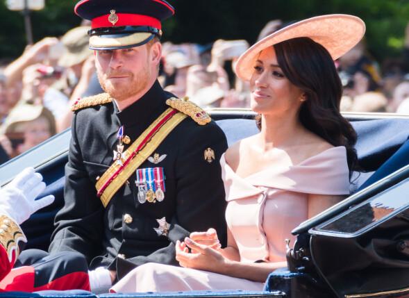 HENDENE I FANGET: Under Trooping the Colour-seremonien i London for fire uker siden, holdt hertugparet tilsynelatende hendene for seg selv. Det kan skyldes at arrangementet var en høytidelig markering av dronningens bursdag. Foto: REX/Shutterstock/ NTB scanpix