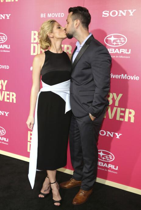 KYSSET: Asley Greene og ektemannen Paul Khoury delte et hett kyss på den røde løperen under premieren på filmen «Baby Driver» i 2017. Foto: NTB Scanpix