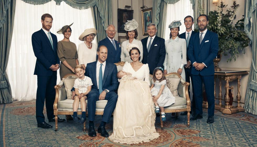 STORFAMILIEN: Den utvidede delen av familien poserte sammen med de nybakte foreldrene og den nydøpte prinsen. Foto: Matt Holyoak/Camera Press/AP/ NTB scanpix