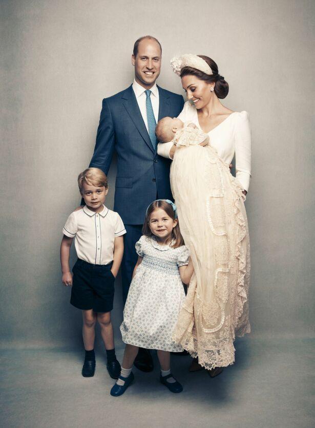 STOLTE: Hertugparet poserte stolt sammen med barna etter dåpen. Det er imidlertid ikke de lykkelige bildene som høster oppmerksomhet. Foto: Matt Holyoak/Camera Press/AP/ NTB scanpix