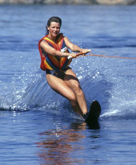 SPREK: Märtha på vannski i 1988. I år skal hun og døtrene teste ut ulike former for vannsport. Foto: NTB scanpix