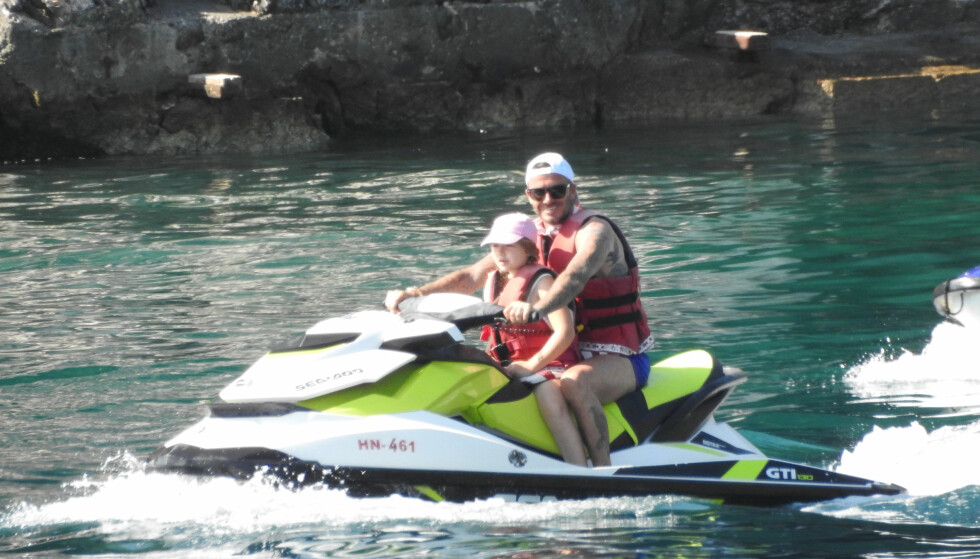 PAPPAJENTE: Harper Beckham tok med pappa David Beckham på vannscootertur under deres ferie i Kroatia. Foto: NTB Scanpix