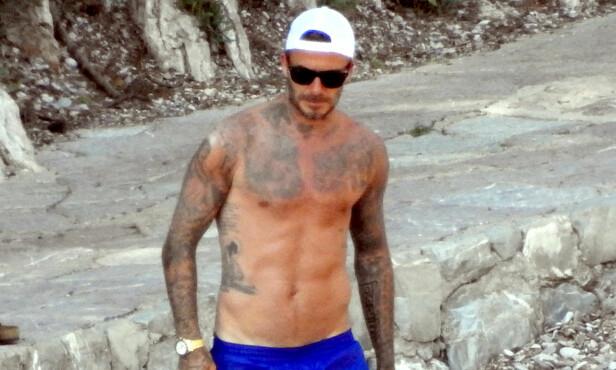 BAR OVERKROPP: I kjent stil kastet David klærne på stranda. Foto: NTB Scanpix