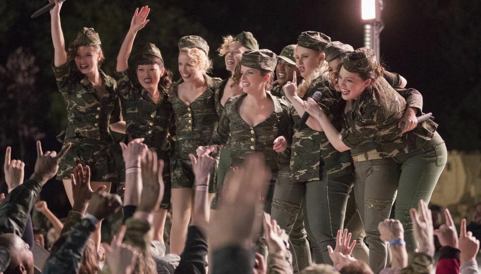 SKUESPILLER: Her er Hailee (helt til venstre) og medskuespillerne avbildet i en scene fra den tredje «Pitch Perfect»-filmen. Foto: Quantrell D. Colbert / Universal
