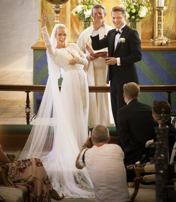 <strong>JAAA:</strong> Det var ingen tvil - begge svarte ja av hele sitt hjerte. Sjømannsprest Pål Kristian Balstad (39) sørget for at det ble en varm og høytidelig vielse. Foto: Espen Solli / Se og Hør