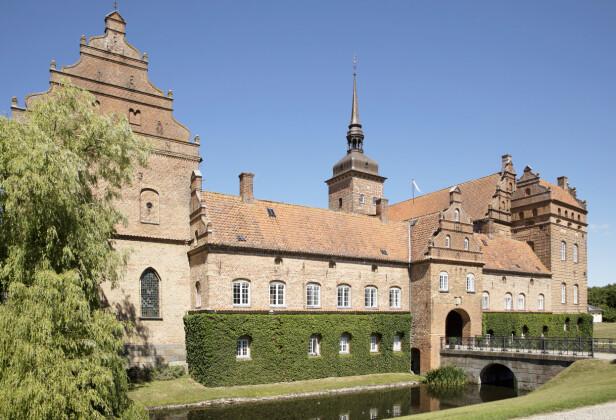 <strong>«STORSLOTT»:</strong> Bryllupsfesten fant sted på staselige Holckenhavn Slot, med historie tilbake til 1579. Her ble både brudepar og gjester oppvartet som kongelige. Foto: Espen Solli / Se og Hør