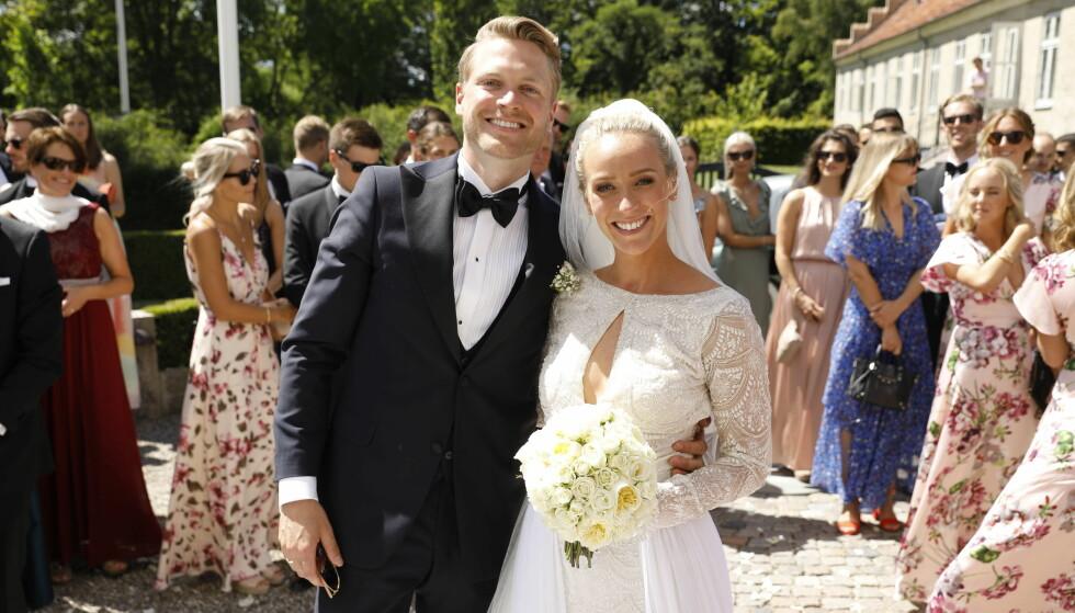 <strong>LYKKELIGE:</strong> Katarina Flatland og hennes nye ektemann Harald Dobloug smilte lykkelige til kamera etter vielsen. Foto: Espen Solli / Se og Hør