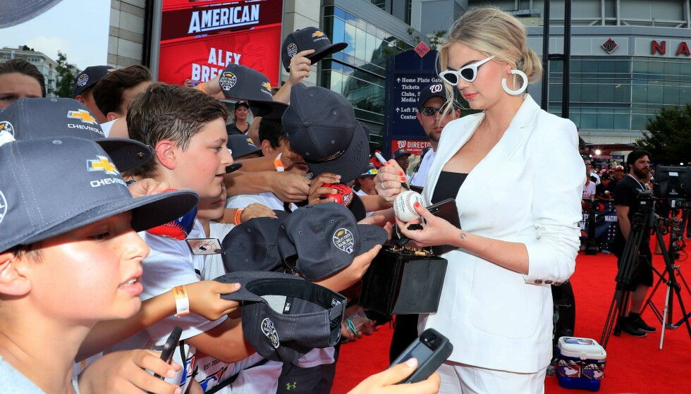 TOK SEG TID: Her signerer Kate en baseball til en ivrig gutt. Foto: NTB Scanpix