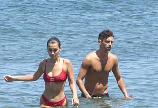 Supermodellen koste seg på stranden med mystisk mann