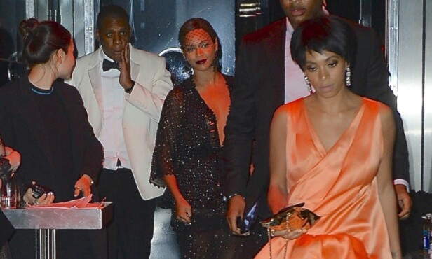 IRRITERT: Solange (foran) var tydelig irritert da trioen omsider kom ut av heisen. Foto: Splash News