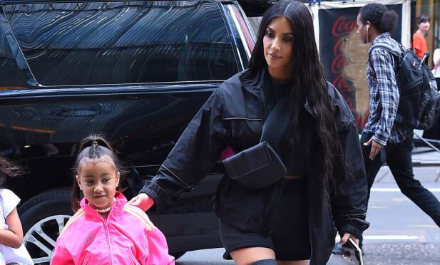 MOR OG DATTER: Kim og datteren North står hverandre svært nært, og har nylig også vært på jobb sammen. Foto: NTB Scanpix