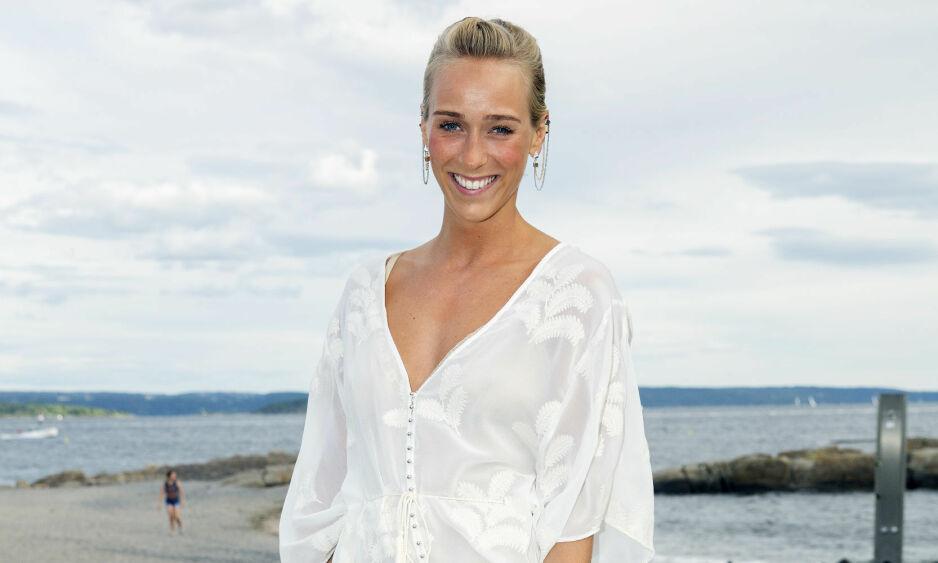 HVIT BRUD: Tidligere i sommer giftet Katarina Flatland seg i en vakker brudekjole. Nå røper hun detaljene rundt den. Foto: Espen Solli / Se og Hør