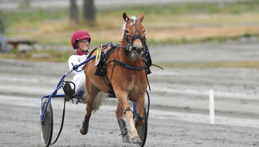 FØRSTE GANG: Prinsesse Märtha Louise i sitt første løp på travbanen på Biri. Foto: Andreas Fadum / Se og Hør
