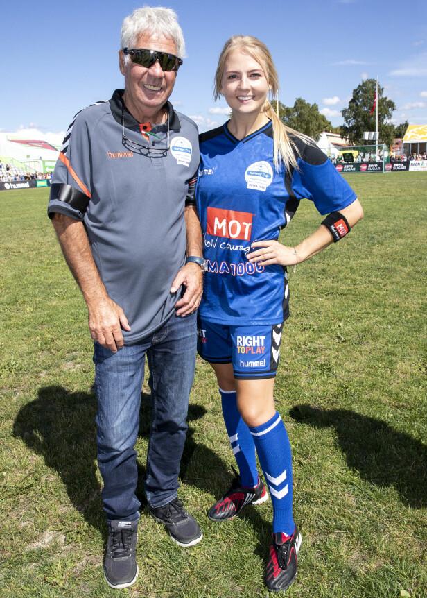 FAR OG DATTER: Egil Olsen var til stede og så på datteren spille sin aller første kjendisfotballkamp i Norway Cup onsdag. Foto: Andreas Fadum / Se og Hør