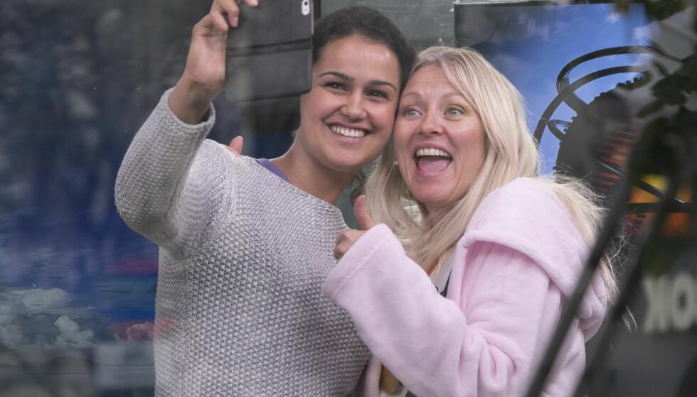 VINNER-SELFIE: I 2014 satte Eli Kari verdensrekord i værmelding fra et studio på Karl Johans gate. Her tar hun en selfie med daværende værdame Desta Marie Beeder etter at seieren var i boks. Foto: NTB Scanpix