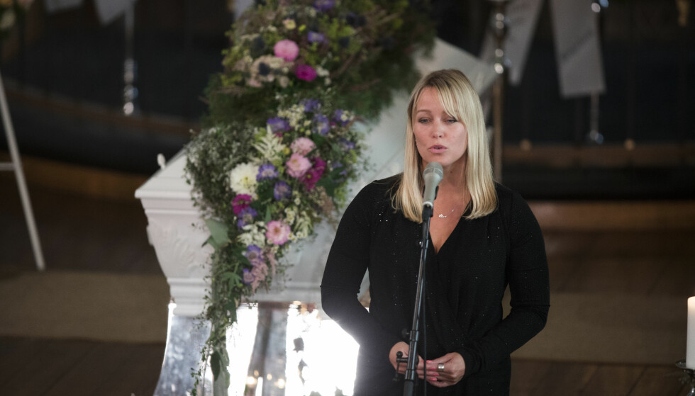 RØRENDE SANG: Hanne Sørvaag sang under begravelsen til Skofterud fra Eidsberg kirke torsdag. Foto: Trond Reidar Teigen / NTB scanpix