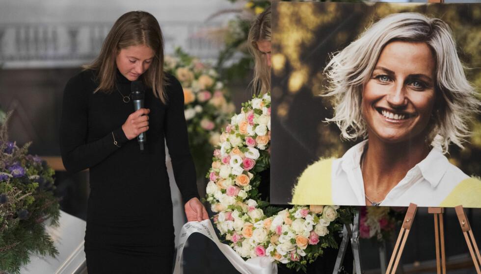 <strong>RØRENDE:</strong> Ingvild Flugstad Østberg leser fra blomsterkransene under begravelsen til Skofterud fra Eidsberg kirke torsdag. Foto: Trond Reidar Teigen / NTB scanpix