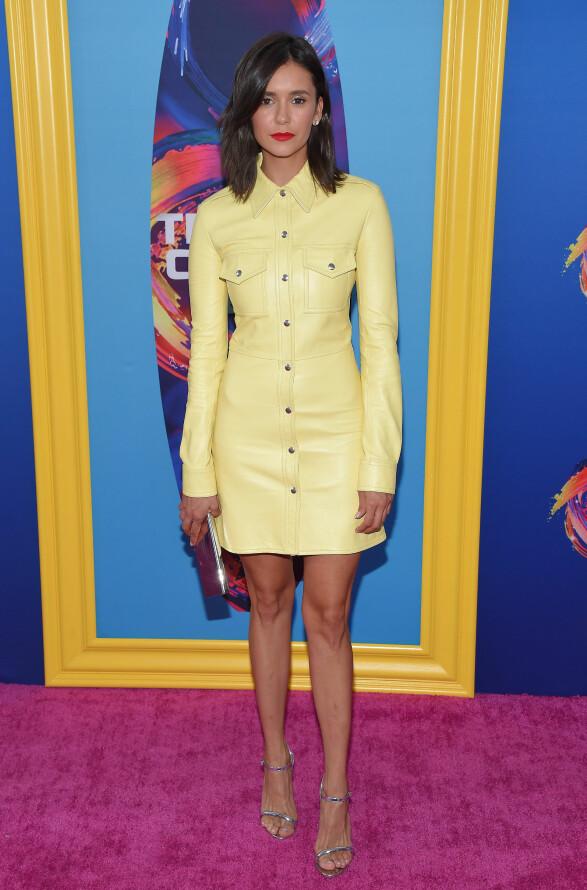<strong>GULT ER KULT:</strong> Skuespiller Nina Dobrev hadde på seg en gul skinnkjole for anledningen. Foto: NTB Scanpix