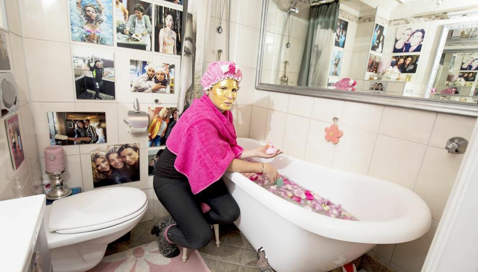 GÅR FOR GULL: Badet er Erlends skjønnhetsmekka. Her er han klar for et bad iført ansiktsmaske i gull og badehette. Foto: Morten Eik / Se og Hør
