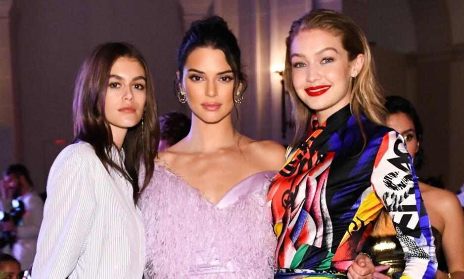 MODELL: Kaia Gerber (t.v.) har gjort stor suksess som modell, tross sin unge alder. Her med supermodellene Kendall Jenner og Gigi Hadid. Foto: NTB Scanpix