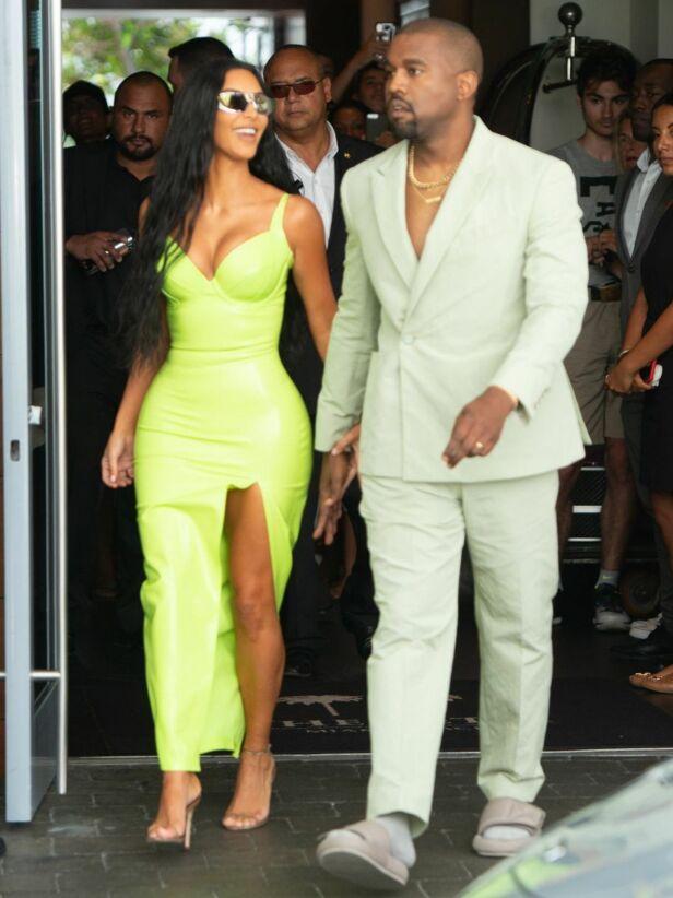 SPENSTIG VALG: Kanye West byttet ut dresskoene med slippers i helgen. Foto: NTB Scanpix