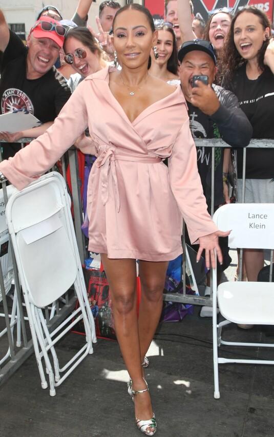 MEL B: Spice Girls-stjernen Melanie Brown var ikledd en lekker rosa kjole da hun dukket opp på rød løper for å støtte TV-kollegaen. Foto: NTB scanpix