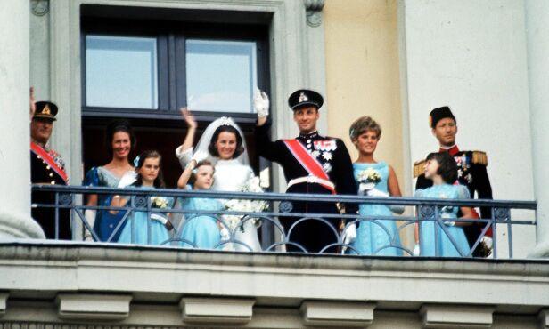 FØRSTE GANG: Slik så Slottsbalkongen ut 29. august 1968. I dag gjenskapte Harald og Sonja øyeblikket. Foto: NTB Scanpix