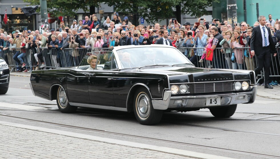HISTORISK SUS: Kongeparet ankom Oslo domkirke i samme bil som de ble kjørt i på bryllupsdagen for nøyaktig 50 år siden. Foto: Andreas Fadum/ Se og Hør