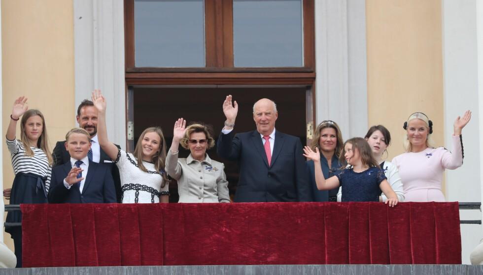 OVERRASKET: Kong Harald og dronning Sonja overrasket folket på Slottsbalkongen. Foto: Andreas Fadum, Se og Hør