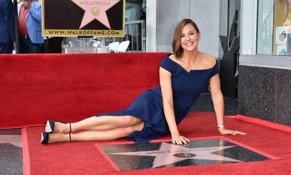 <strong>IKKE TIL STEDE:</strong> Jennifer Garner fikk for en drøy uke sin egen stjerne på Hollywood Walk of Fame. Til tross for at hun og Ben har stilt opp mye for hverandre etter bruddet, var han ikke til stede på den store dagen. Foto: NTB Scanpix
