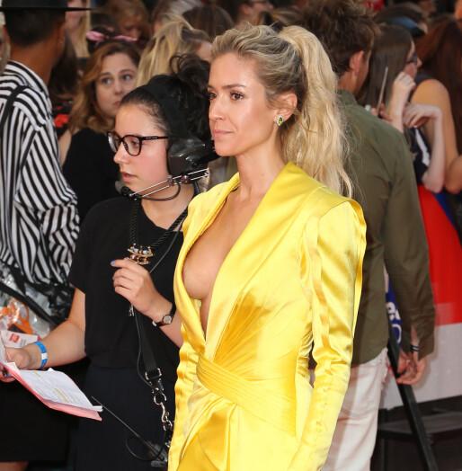 VISTE LITT FOR MYE: TV-stjernens utringede kjole avslørte mer enn planlagt på den røde løperen. Foto: NTB scanpix