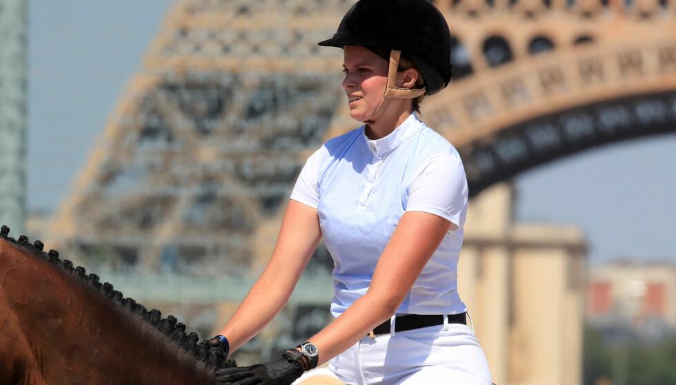 HEST ER BEST: Rederarvingen lever et isolert liv, og trives aller best på hesteryggen. Her er hun imidlertid i aksjon i en sprangkonkurranse i Paris i juli. Foto: Reuters/ NTB scanpix