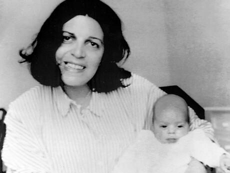 DØDE UNG: Athinas mor, Christina Onassis, slet med depresjon og spiseforstyrrelser. Hun ble funnet død i badekaret da datteren (t.h.) bare var tre år gammel. Foto: NTB scanpix