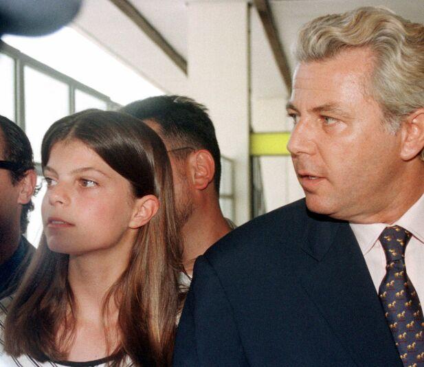 ISFRONT: I oppveksten hadde Athina et godt forhold til faren, Thierry Roussel, men oppdaget senere at han manipulerte henne for å ta kontroll over formuen. 17 år gammel havnet far og datter i retten, der de kjempet om shipping-milliardene. Her er de to i Athen i 1998, da Athina var 13 år gammel. Foto: AP/ NTB scanpix