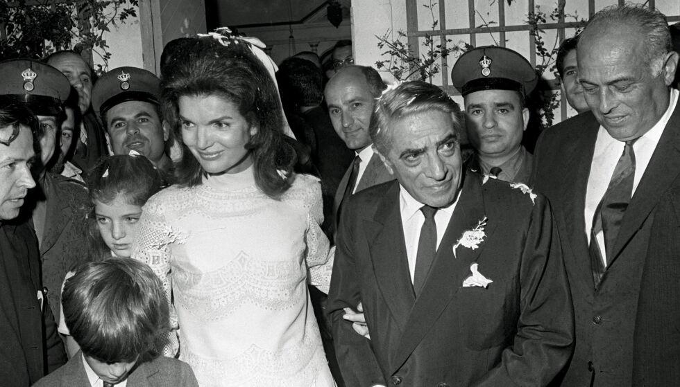 GIFTET SEG PÅ NY: Aristoteles Onassis (t.h.) sammen med sin ferske kone Jackie, på vei ut fra kapellet på øya Skorpios, der de giftet seg i 1968. Foot: AP/ NTB scanpix