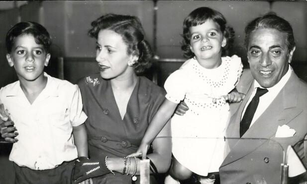 TRIST SLUTT: Her er Aristoteles Onassis med kona Athina og barna Alexander og Christina i 1953. Alle møtte en trist skjebne. Foto: Zuma Press/ NTB scanpix
