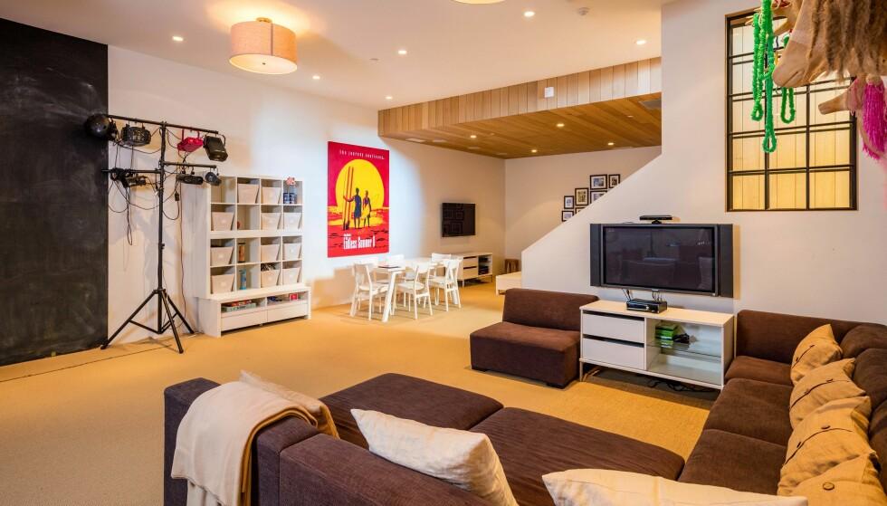<strong>TID FOR AVSLAPNING:</strong> Eiendommen inneholder flere hyggelige kroker der familien kan slappe av med TV. film og spill. Foto: Splash News/ NTB scanpix