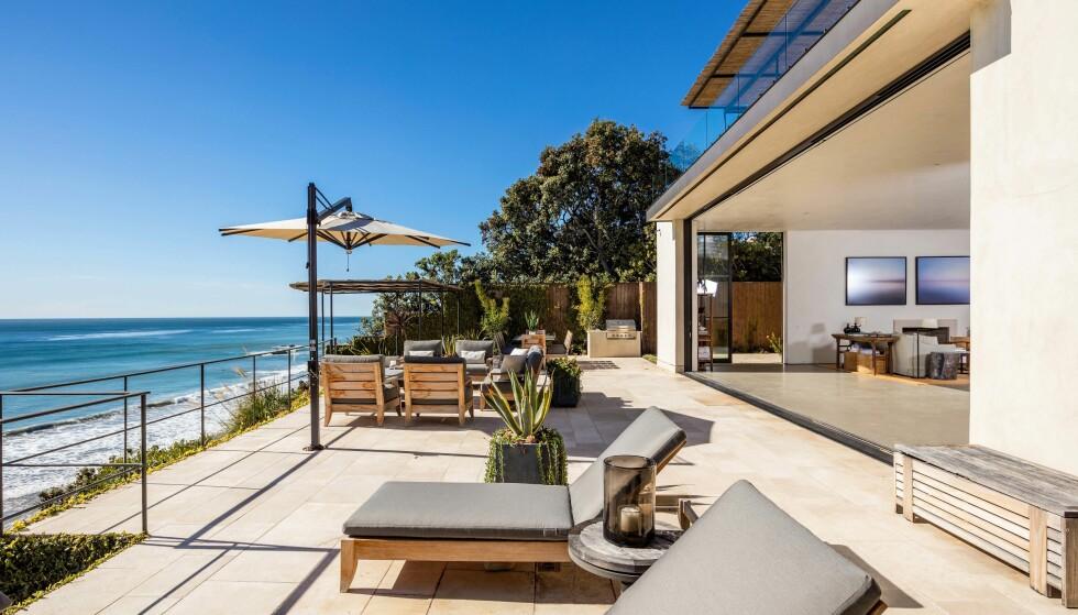 <strong>SOLRIK TERRASSE:</strong> Rett utenfor stuen kan familien slikke sol på denne romslige terrassen med imponerende havutsikt. Foto: Splash News/ NTB scanpix