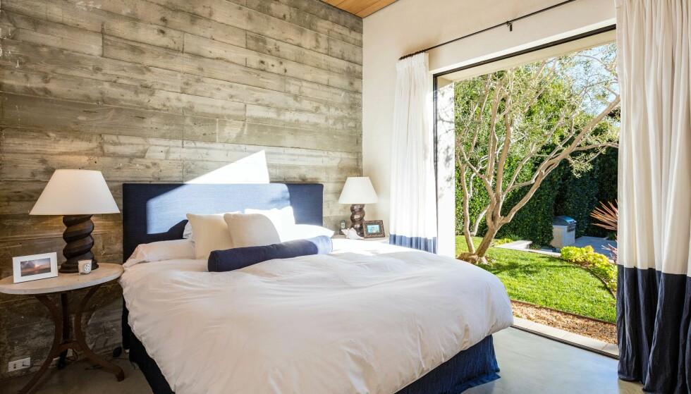 <strong>BEHAGELIG:</strong> De øvrige soverommene i huset har store vinduer, som både slipper inn mye lys og bringer naturen «inn» i rommet. Foto: Splash News/ NTB scanpix