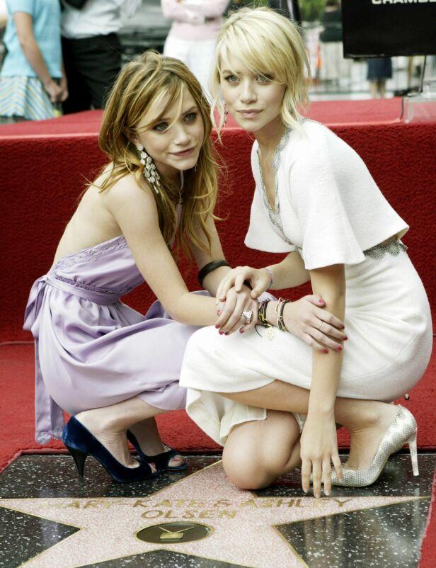 STJERNESØSTRE: Mary-Kate Olsen (t.v.) og Ashley Olsen på Hollywood Walk of Fame i Los Angeles i 2004. Foto: NTB Scanpix